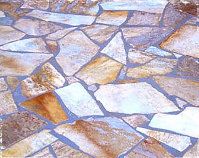 Natursteinarbeiten mit unregelmäßigen Quarzitplatten
